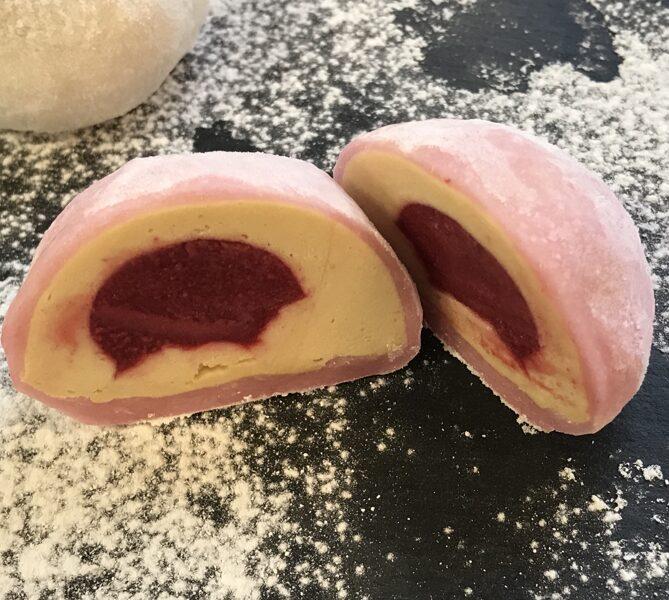 Мочи с карамельным кремом и вишневым кремю